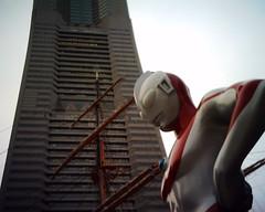 【写真】VQ1005で撮影した日本丸メモリアルパークのウルトラマンとランドマークタワー