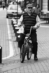 Sabiduria sobre 2 ruedas! (JUAN CARLOS LYNER) Tags: gente concepcion pobreza fotodocumental