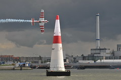 Red Bull Air Race Rotterdam 2008 (FaceMePLS) Tags: rotterdam aircraft nederland thenetherlands topgun vliegtuig facemepls loopings stunten nikond300 slechtzichtalsjenietvooraanstond ikstonddusnietvooraan therivermaas zeerwisselvalligweer tegenvallendaantalbezoekers heeltraagwedstrijdverloop