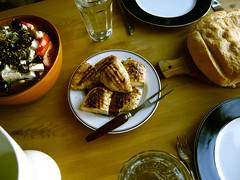 Græsk salat, grillet kylling og brød