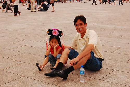 Padre e hija descansando en Tianan-Men