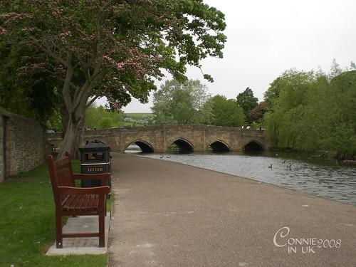Wye 河畔,背著行李靜靜的坐了好一陣子,可惜附近有煙民打擾了……