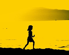 Beach girl (losy) Tags: black beach girl yellow jaune colorful arms legs body vivid running gelb farbe schwarz primarycolor jeunefille flickrjobprem losyphotography