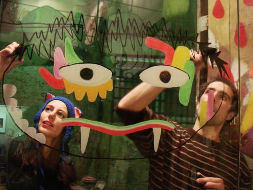 Inés y Miguel pintando la puerta