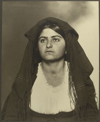 Foto Italian Woman by Ellis Island Photographs - The New York Public Library. Manuscripts and Archives Division. - flickr