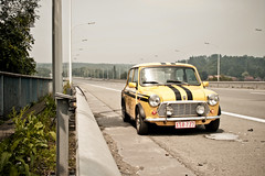 Stuck on the highway (PtitBen) Tags: bridge black yellow jaune canon highway stuck belgium belgique stripes belgi mini rover oldschool dirt help stop pont sos autoroute broke bandes viaduc bande e19 panne noires barrire brabantwallon durgence darrt crasse 400d rebelxti wauthierbraine