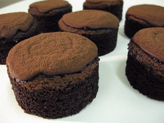 Molten milk chocolate cake