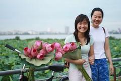 Chị và em (phammaichi195) Tags: sen hồ tây