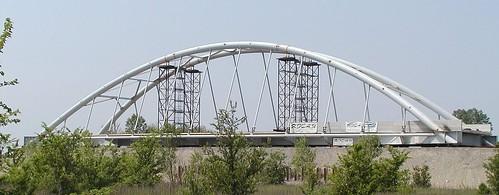 Ponte stradale in acciaio ad arco