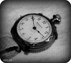 Time-travelling (Cobra_11) Tags: old bw macro closeup canon alt watch canoneos eski uhr blachandwhite armbanduhr kolsaati efs1855is canoneos450d digitalrebelxsi grouptripod wengia