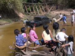 Kambodscha  ,  Endlich mal was los - 38 (roba66) Tags: auto road cars water car children cambodia kambodscha wasser strasse kinder menschen siemreap angkor verkehr banteaysrei panne earthasia aufdenstrassen roba66