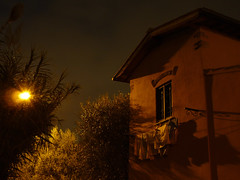 affacciati,  fatina lavanderina (sharkoman) Tags: ombre finestra atmosfera notturno panni