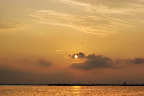 Puesta de sol entre las nubes en la Laguna Veneta