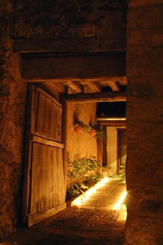 Puerta y entrada con velas