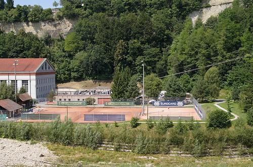 從蓄水池的另一邊, 可以看到有網球場, 許多人在那打球呢 真好!!