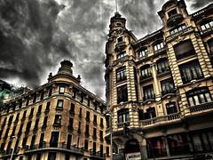 Otras maneras de ver el mundo.... (hiskinho) Tags: madrid city windows sky edificio centro ciudad ventanas ciel cielo fachada hdr semforo obras granva