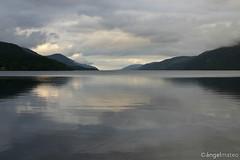 Scotland 10 (ángel mateo) Tags: sky mountains reflection water scotland agua cloudy escocia cielo nublado lochness reflejos montañas lagoness fortaugustus ángelmartínmateo ángelmateo