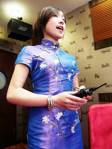 南京秦淮河畔晚晴樓餐廳包廂中唱歌的女孩