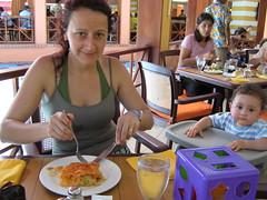 Un buen almuerzo buffet (parrao) Tags: paz playa resort piscinas vacaciones panam placer paraso rascacielos decameron privilegio familiafeliz