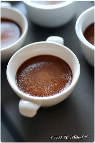 Petit pots de crème au chocolat accompagnée de crème Chantilly de thé au jasmin