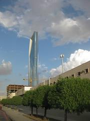 Kingdom Tower (Riyadh) (Hussam Yaish) Tags: tower kingdom riyadh saudiarabia ksa السعودية الرياض العاصمة برجالمملكة شارعالعروبة