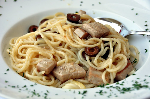 Spaghetti med tun, oliven og citron