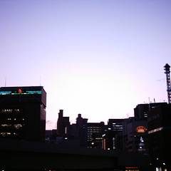 【写真】ミニデジで撮影した夕焼け空と新橋ビル群