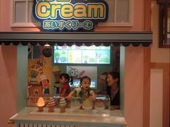 20080823 012 (DiscoWeasel) Tags: family ice japan shop museum cream august hana yuri 日本 yokohama 2008 anpanman 横浜 sakuragicho 神奈川県 桜木町 横浜市