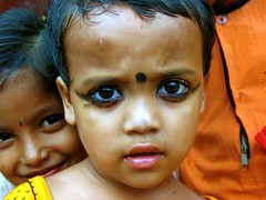 Peek-a-boo (Linda De Volder (the new layout is horrible)) Tags: travel portrait people india barn children geotagged kid child market kind criana himalaya enfant nio dziecko westbengal bambino    lapsi copil dijete  dt    lindadevolder