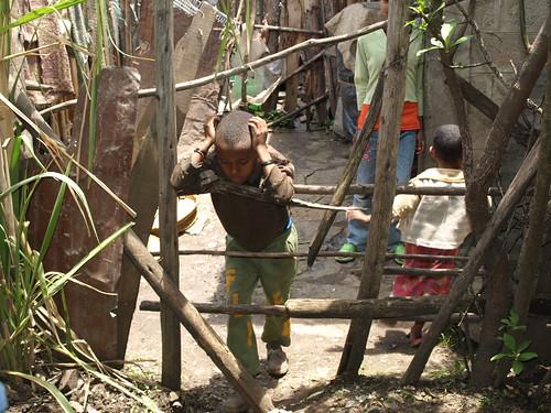 Un niño en un suburbio de Addis Abeba
