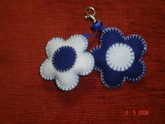 Flores_azul e branca (nina menina) Tags: flores feltro chaveiro