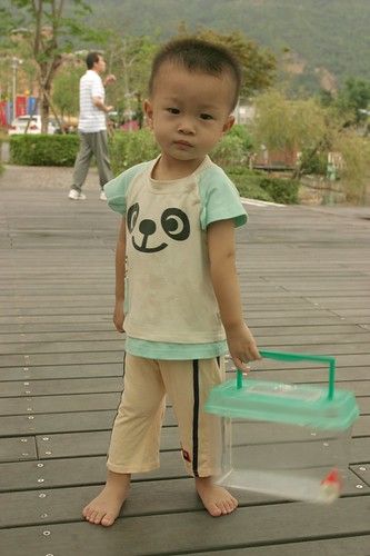 你拍攝的 湯圍溝公園:小崴拿盒子要去買菜。