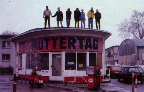 Mitglieder der Kunstraums Muttertag auf dem Dach der Tankstelle -- muttertag05