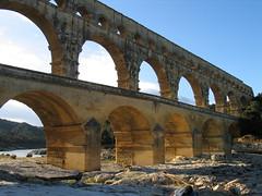 Anglų lietuvių žodynas. Žodis abutment reiškia n 1) susidūrimas; 2) riba, ežia; 3) (tilto)tauras, atrama lietuviškai.