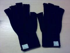 Mittens to aid tweeting and walking in winter (mauricioreyes123) Tags: mywalktowork