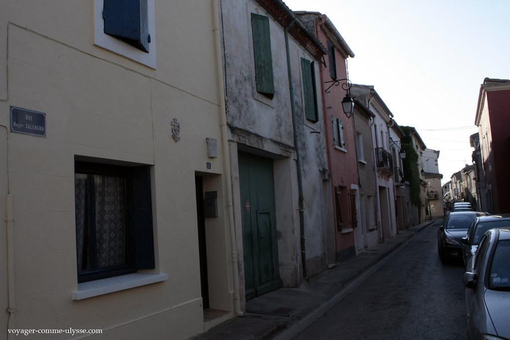 Os prédios nas ruas são por vezes de épocas bem diferentes