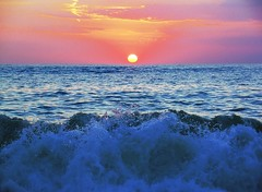 Sunset 02 (Angelo Losanno) Tags: sunset red sea italy italia tramonto mare wave tramonti angelo rosso beautifull onde pizzo onda bello dscv1 calabro vacanze2005 pizzocalabro alfacentauri angelolosanno losanno