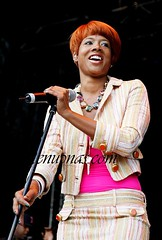 kelis getting ready to sing