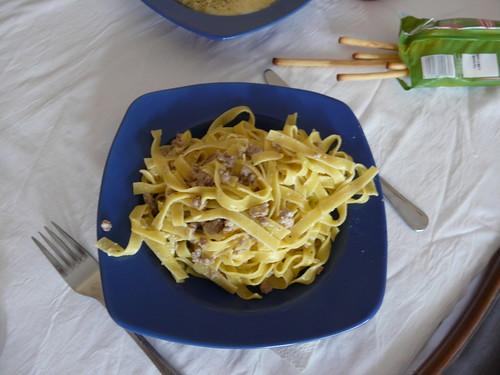 Pasta al huevo con calabacin, carne y nata