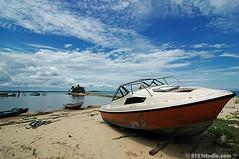 Abandon Boat @ Penyabung (2121studio) Tags: beach nature boat nikon laut d70s bluesky ali malaysia indah kuantan pantai alam colourartaward goldstaraward 2121studio kuantanphotographer pahangphotographer ciptaanallahswt pantaipenyabung penyabungbeach abandonboat awanmembiru