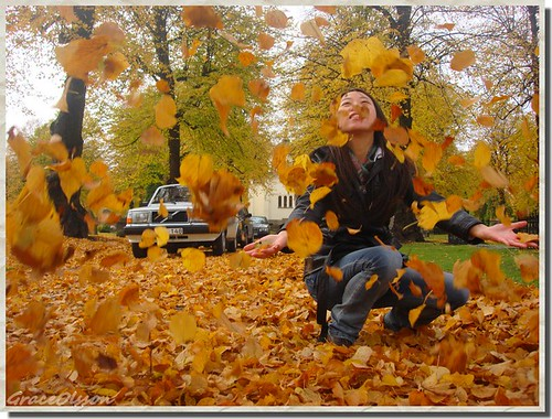 Chinese girl in Sweden - autumn and lots leaves flying
