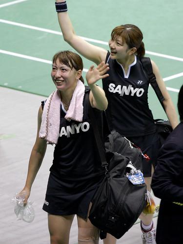 観客に笑顔で手を振る小椋久美子