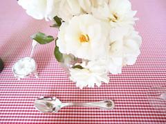 rosas à mesa