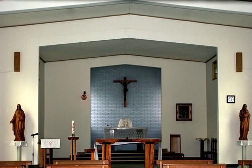 聖堂の中。赤いランプは監視カメラかしら?