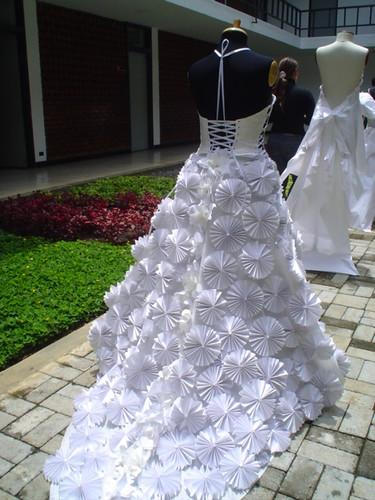 vestido en papel realizado por la estudiante Ana Cristina Alvarez