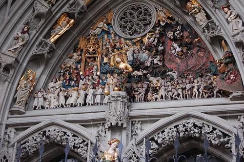 最後の審判を模した15世紀の彫刻