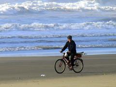 Pedalando... (Claudio Marcon) Tags: ocean blue sea praia beach water bike bicycle brasil mar pessoas silhouettes bicicleta personas bici rs siluetas oceano silhuetas capãodacanoa mouseion fotoclube abigfave platinumheartawards claudiomarcon claudiolmarconribeiro