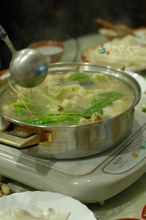 鍋內有整株有葉帶根莖的菠菜(長年菜)