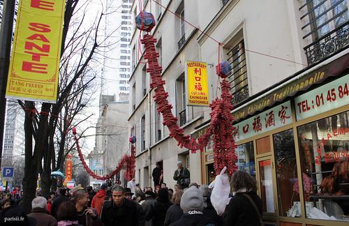 Pétards accrochés à lun des très nombreux restaurants chinois du quartier