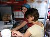 Iren şi Ioana gătind supă